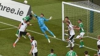 Goleiro austríaco Heinz Lindner afasta bola durante jogo contra a Irlanda