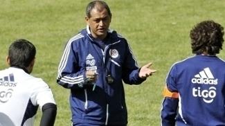 'Chiqui' Arce em sua primeira passagem como técnico do Paraguai (2011-2012)