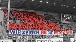 'Nós mostramos o cartão vermelho ao RB', diz faixa em Karlsruhe