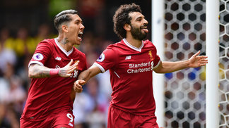 Roberto Firmino e Salah celebram o gol da vitória do Liverpool sobre o Watford