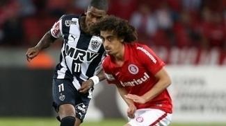 Valdívia e Maicosuel, em partida entre Internacional e Atlético-MG