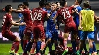 Oscar (no chão) iniciou confusão em jogo entre Shanghai SIPG e Guangzhou R&F na China