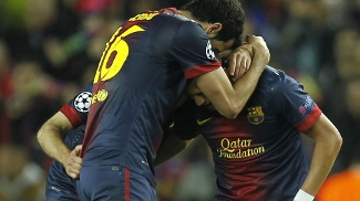 Busquets abraça Iniesta após a vitória sobre o Milan
