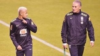 Tite conversa com Neymar em treino da seleção