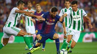 Messi tenta escapar da marcação do Barcelona