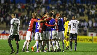 Jogadores do Paraná comemoram vitória por 4 a 1 contra o Brasil-RS