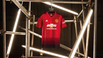 Manchester United lança nova camisa com homenagem aos 140 anos do clube