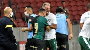 Lisca é só mais um doido no sanatório geral do futebol brasileiro