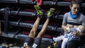 Inglesa disputa ultramaratona amamentando e sensibiliza corredores