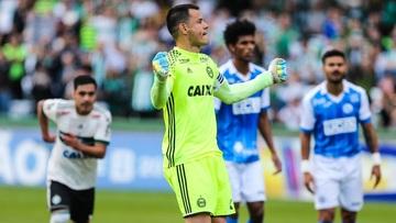 Bar de Curitiba dará 50 chopes de graça se goleiro do Coritiba fizer um gol em jogo da Série B