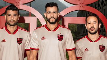 Flamengo apresenta nova camisa 2, com volta do escudo completo