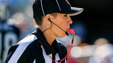 Cabelo preso, parafusos no punho e maquiada, sim: saiba quem é Sarah Thomas, a 1ª árbitra dos playoffs da NFL