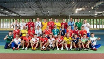 Em ação inovadora, jogadores e comissão da Rússia posam com a camisa das 32 seleções da Copa