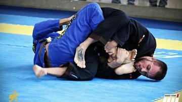 Após tratamento hormonal, atleta trans compete jiu-jitsu pela primeira vez na categoria masculina