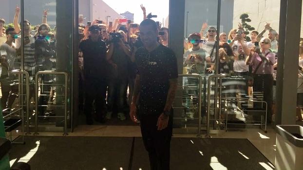 Daniel Alves chega para fazer exames em clínica da Juventus, em Turim