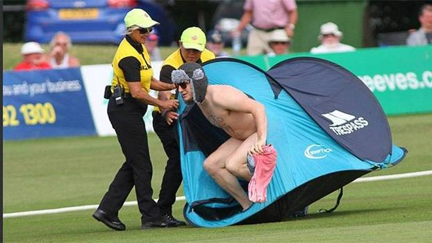 Peladão  invade jogo de críquete com barraca de camping e gorro à la ... f08d4b5ca541a