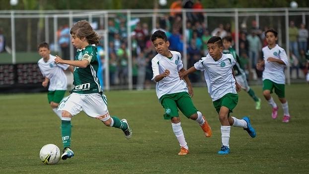 Jogadores de Palmeiras e Guarani em ação na final do Paulista sub-11