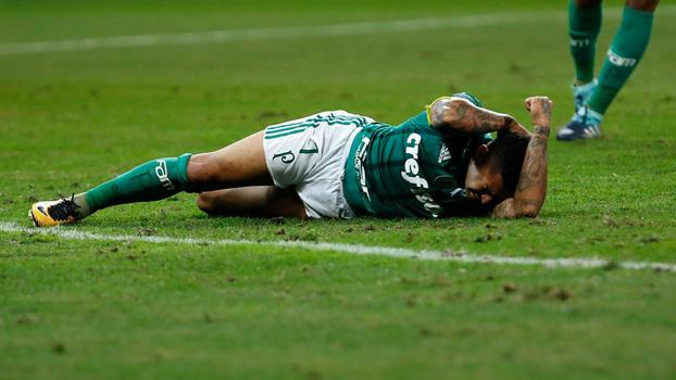 Dudu no chão sem condições de seguir no jogo