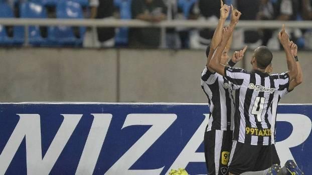 Jogadores comemoram gol salvador de Roger Carvalho, que deu o empate ao Botafogo