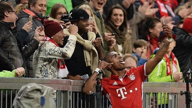 Douglas Costa Comemora Gol Selfie Futebol Bayern de Munique Borussia Monchengladbach 22/10/2016