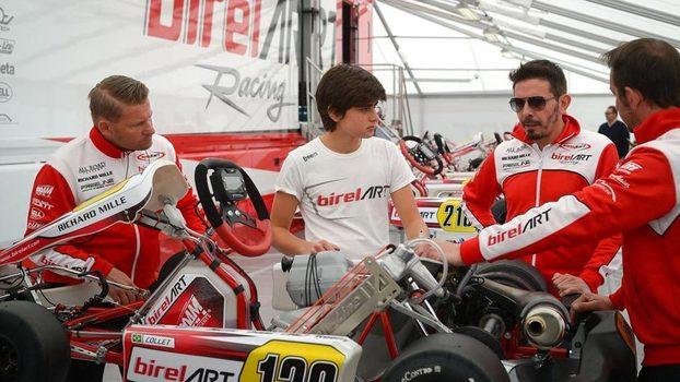 Caio Collet (ao centro) com a equipe de Kart