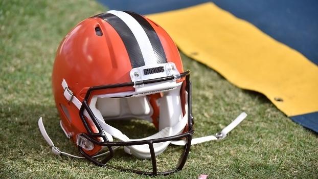 91bd2130d4 Nada parece pesar mais do que o capacete dos Browns em Cleveland