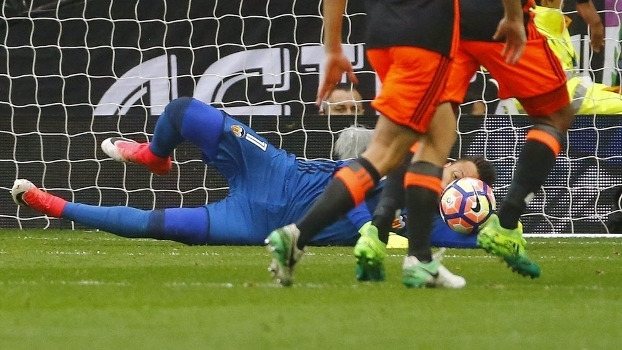Diego Alves voa para defender a cobrança de pênalti de Cristiano Ronaldo 56564908468b0