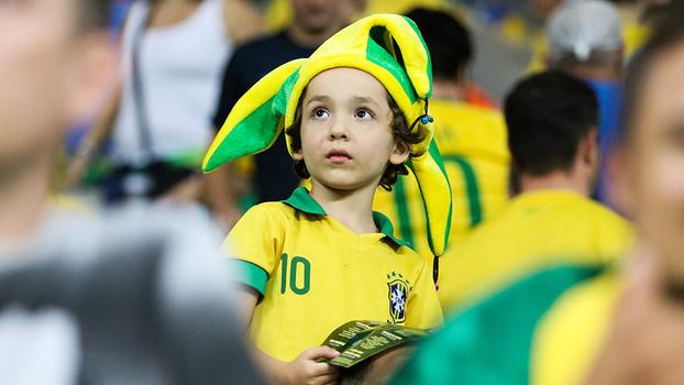Criança durante o jogo entre Brasil e Chile 47bc13a178602