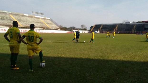 Jogadores do Ypiranga no estádio do Mogi Mirim