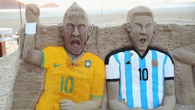 Neymar e Messi, rivais hoje em Brasil x Argentina, em escultura de areia no Rio