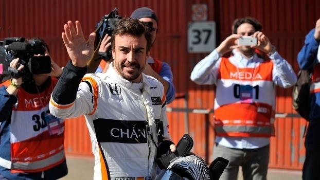 Fernando Alonso acena durante intervalo em testes da Fórmula 1