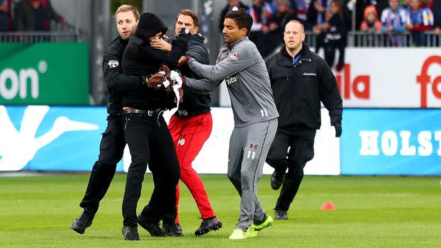 Hooligans invadem campo, e jogadores ajudam polícia a pará-los na Alemanha