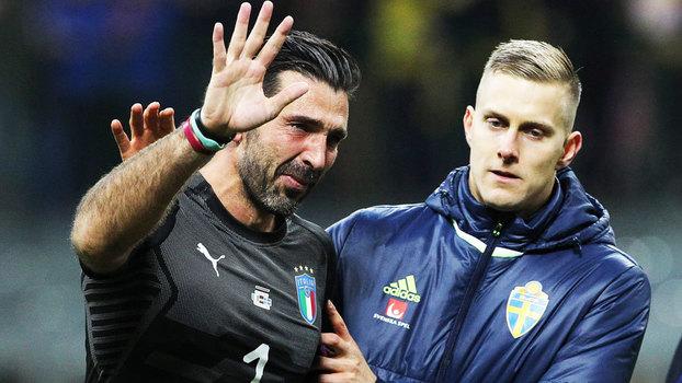Buffon chora e é consolado após a queda da Itália na repescagem da Copa do  Mundo 4a7558ab22d49