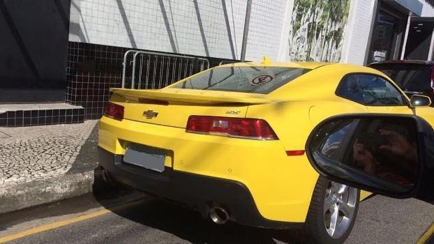 Camaro do Santos estacionado na frente da Vila; veículo é usado por cartolas
