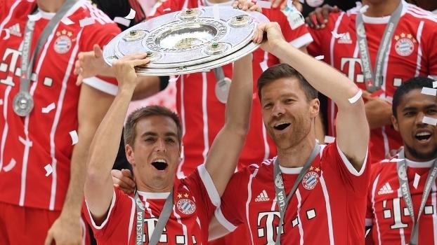 Lahm e Xabi Alonso levantam o troféu do Campeonato Alemão
