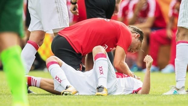 Jogador do Ajax cai inanimado no relvado durante jogo