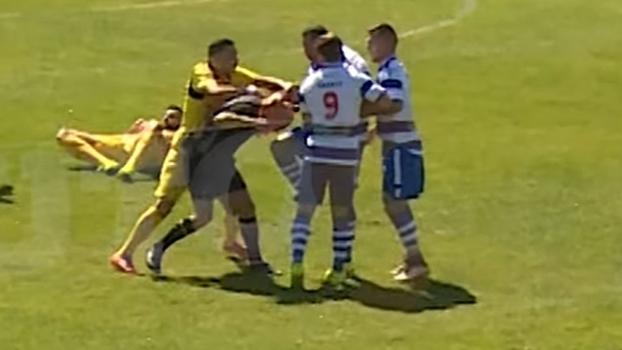 O momento em que Marco Gonçalves dá joelhada em árbitro durante Rio Tinto x Canelas