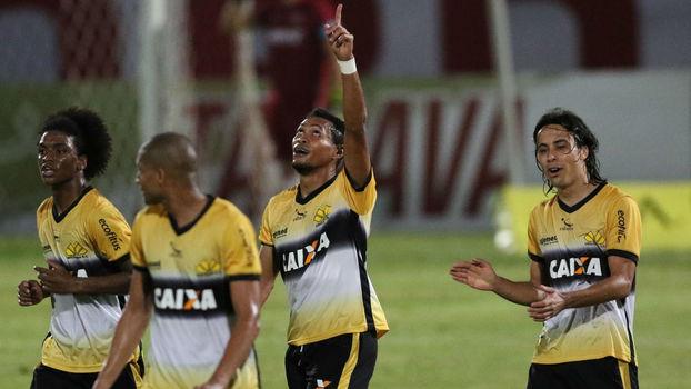Alex Maranhão, jogador do Criciúma, comemora seu gol durante partida contra o Santa Cruz