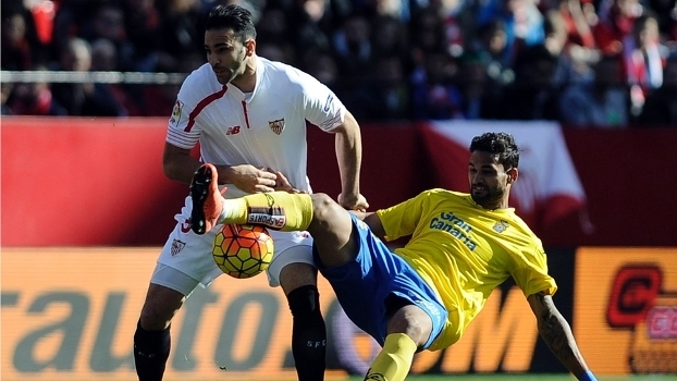 Willian José (dir.), do Las Palmas, em lance com Adil Rami, do Sevilla