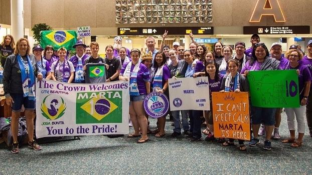 Torcedores do Orlando Pride e fãs de Marta esperam pela chegada da atacante