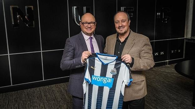 Diretor-geral do Newcastle, Lee Charnley, ao lado do técnico Rafa Benitez