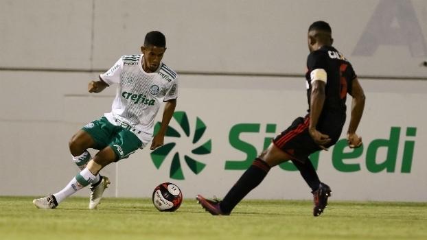 Disputa de bola entre jogadores de Palmeiras e Sport