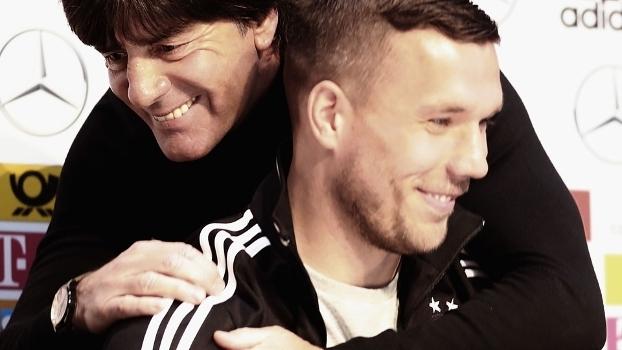 728432470699c Lukas Podolski recebe abraço de Joachim Löw na sua última entrevista pela  seleção