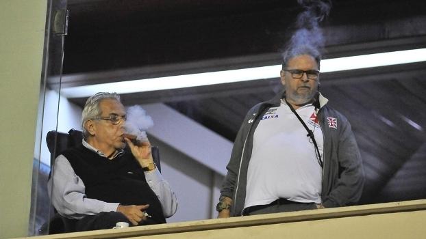 Eurico Miranda (à esq.) assiste à partida contra o Avaí em São Januário