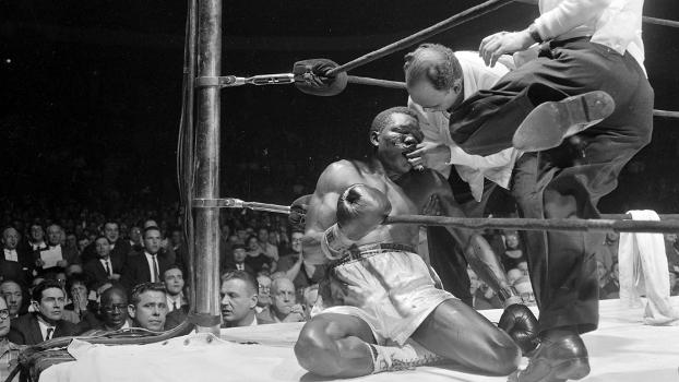 Paret: o corpo do campeão desfalece nas cordas