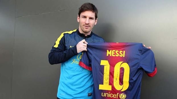 7d1f20b79e7bf Messi e a camisa enviada a Gerd Müller