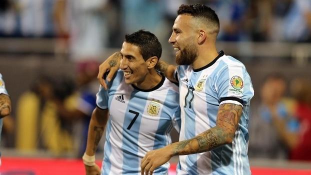 Otamendi (17) comemora com Di María gol da Argentina contra o Panamá