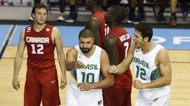 Olivinha e Rafael Mineiro comemoram ponto do Brasil na final do basquete no Pan