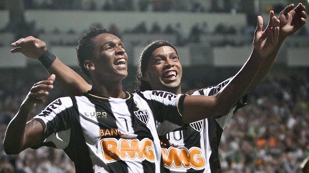998589220a Jô e Ronaldinho comemoram na goleada do Atlético-MG sobre o São Paulo na  Libertadores