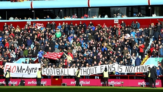 Torcedores do Liverpool protestam contra alto preço dos ingressos